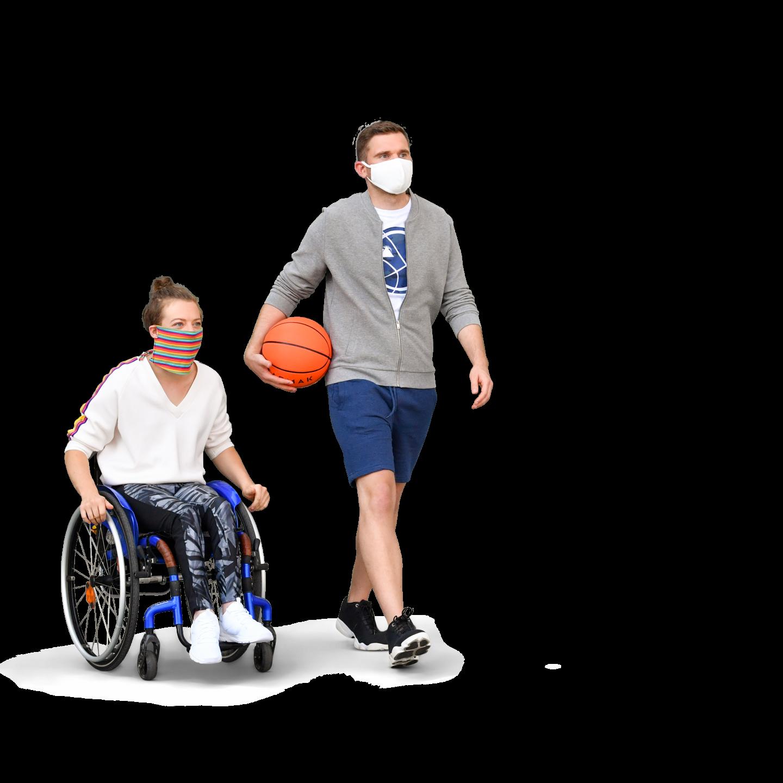 Eine Rollstuhlfahrerin und ihr Begleiter, der einen Bsketball unter dem Arm hat gehen zum Sport. Im Hintergrund steht eine Straßenbahnhaltestelle.