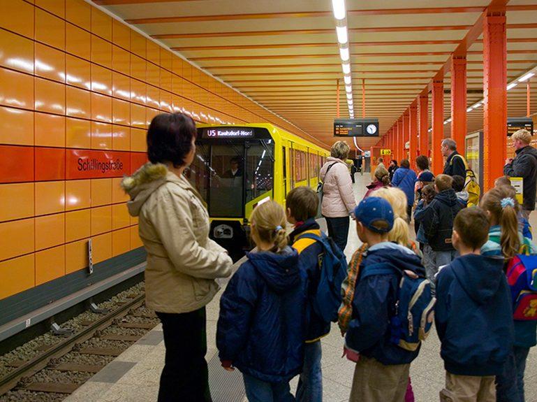 Kinder- und Schülergruppen in der U-Bahn