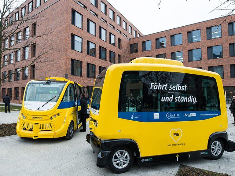 Autonome Minibusse fahren im Fahrgastbetrieb