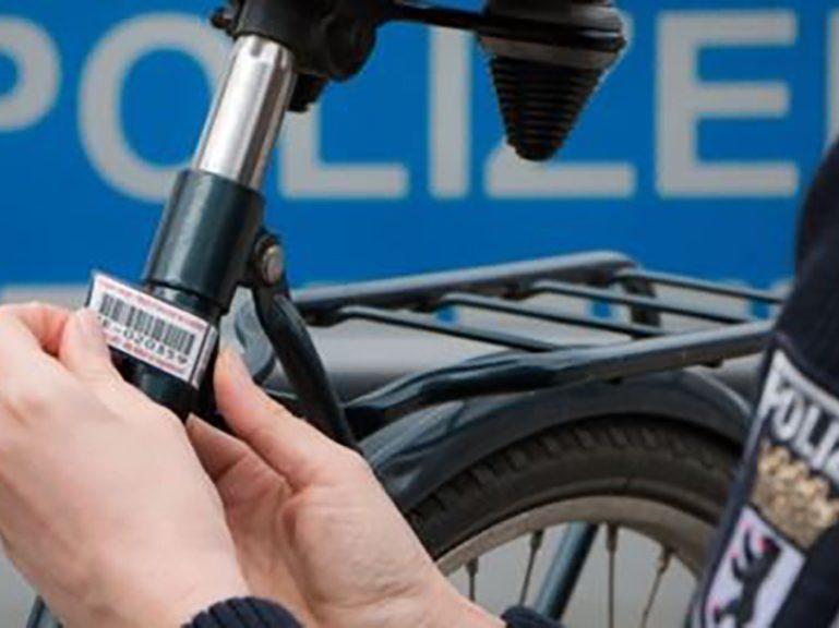 Polizei kennzeichnet private Fahrräder vor BVG-Zentrale