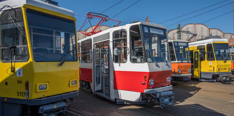 Alte Straßenbahnen, die zum Verkauf stehen.