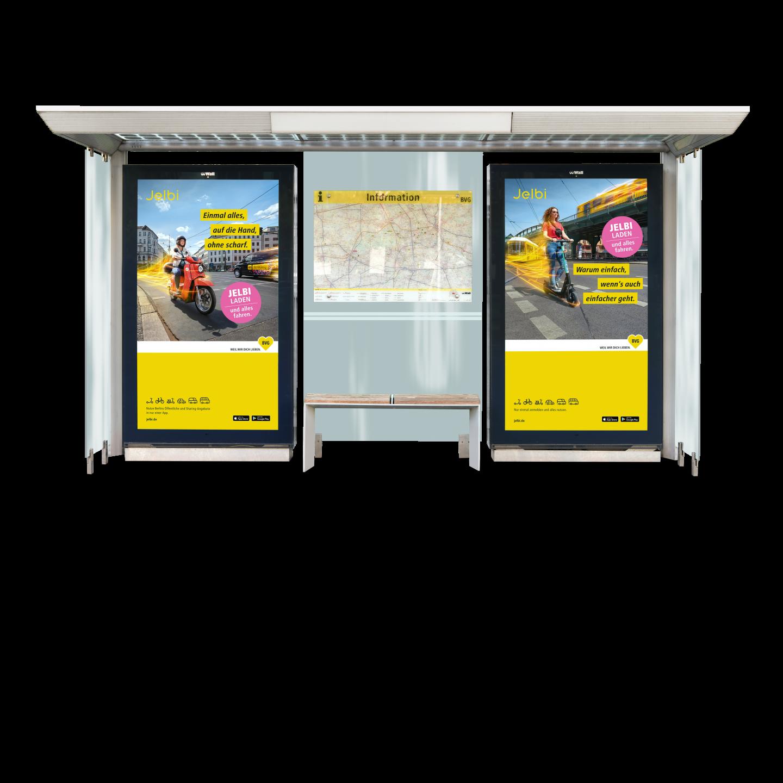 Eine Bushaltestelle in der zwei Jelbi-Plakate hängen. Links sieht man eine junge Frau auf einem Roller und rechts eine junge Frau auf einem Fahrrad. Im Hintergrund Fahrzeuge der BVG. man einen