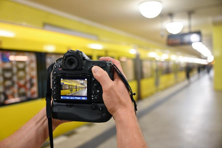 Fotograf fotografiert eine U-Bahn im U-Bahnhof