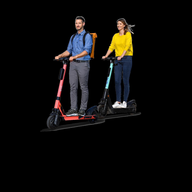 Zwei Personen, die auf E-Scootern fahren.