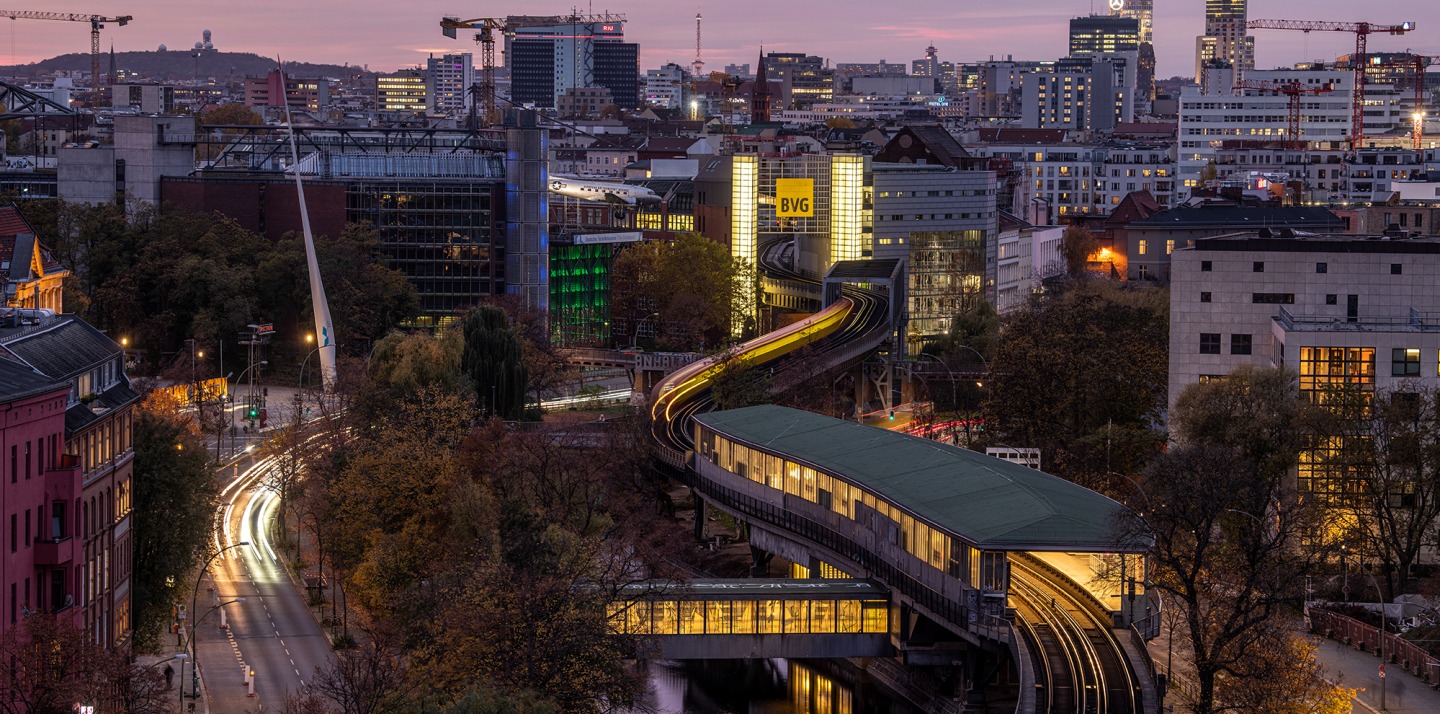 The view of the Möckernbrücke station in the evening