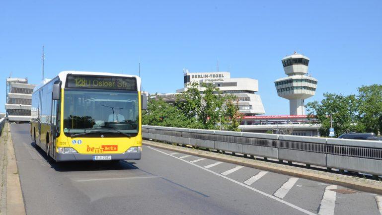 Die Buslinie 128 fährt zum U Osloer Straße, im Hintergrund ist der Flughafen Tegel zu sehen.