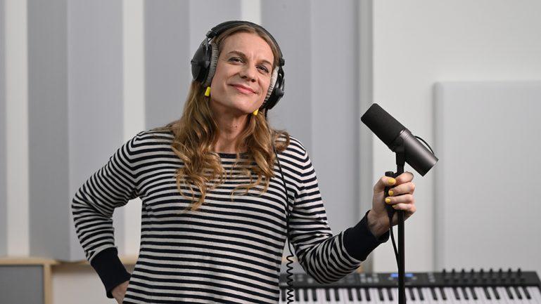 Die neue Stimme der BVG, Philippa Jarke, steht im Tonstudio am Mikro.