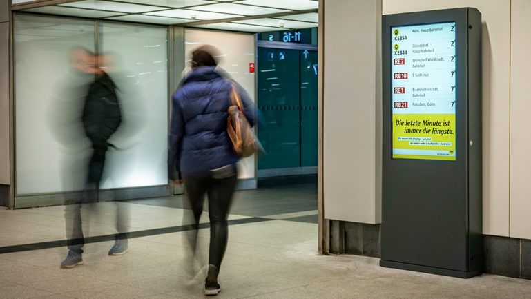 Im U-Bahnhof: Neue Anzeigen gegen hektisches Umsteigen
