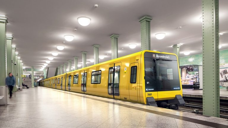 Eine U-Bahn der BVG steht am U-Bahnhof Alexanderplatz. Die Simulation zeigt einen künftigen Großprofil-Zug der Baureihe J.