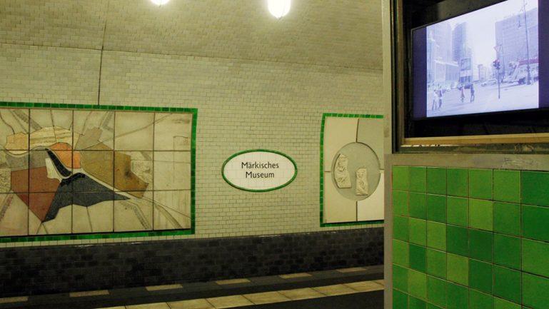Filme gucken am U-Bahnhof Märkisches Museum